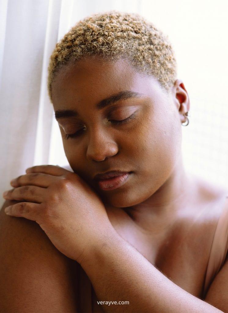 @saffirarieskin houd haarzelf vast met haar ogen gesloten voor de zelfliefde fotoshoot